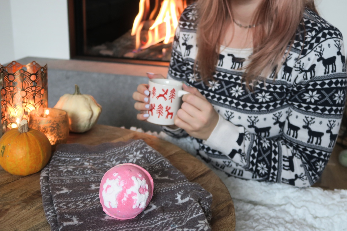 Christmas sweater ★ Lush bathbomb review